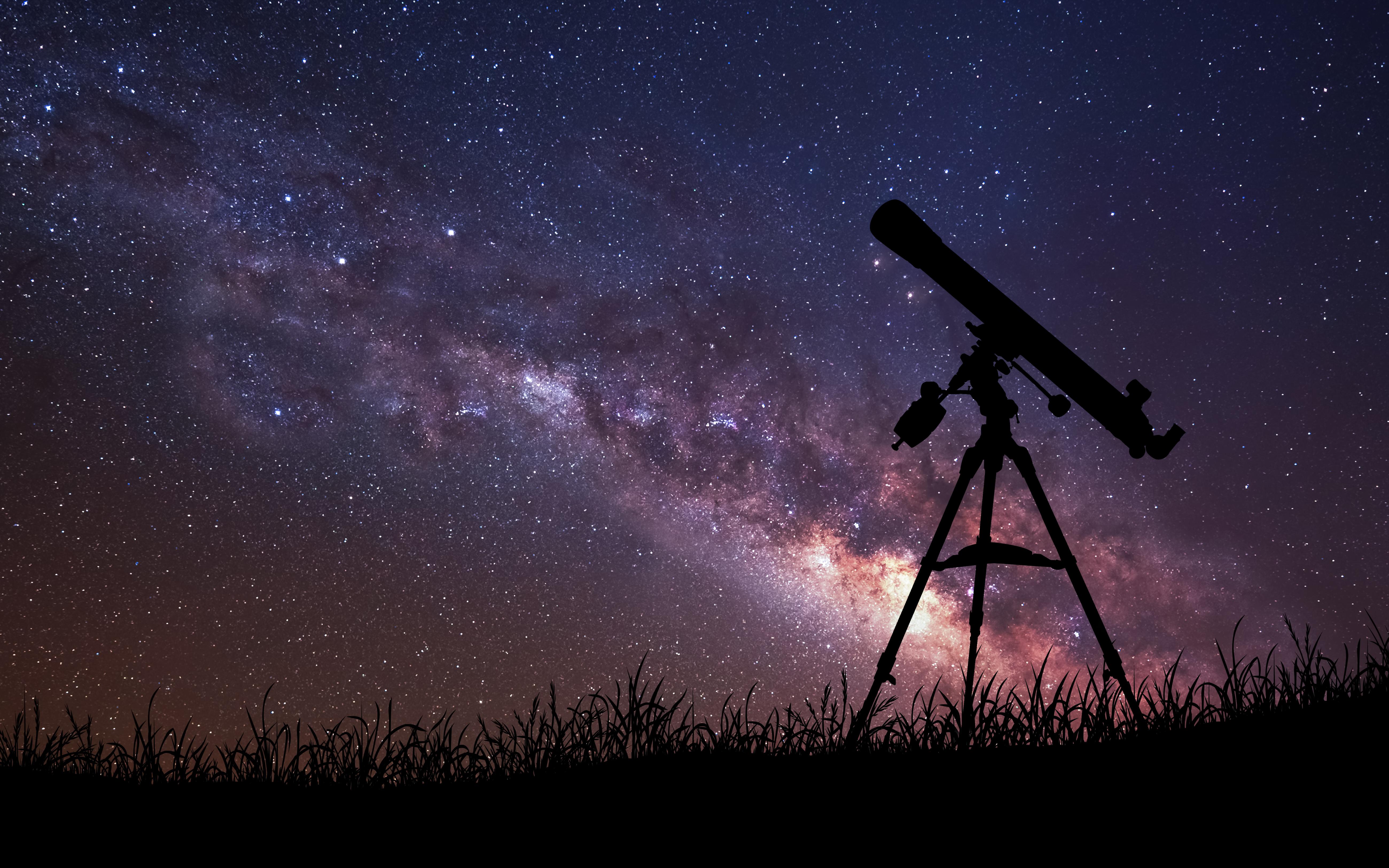 Rozgwieżdżone niebo oraz teleskop optyczny