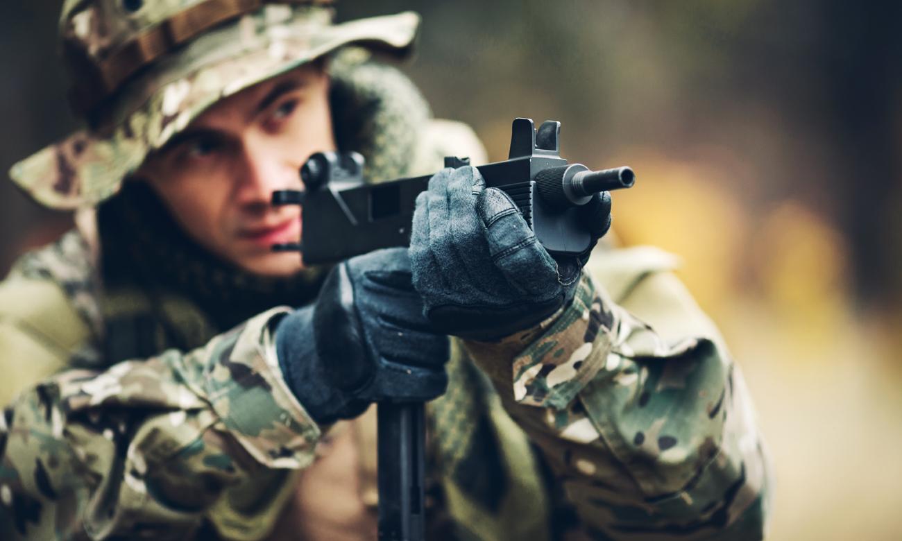 Pistolet Maszynowy w rękach strzelca
