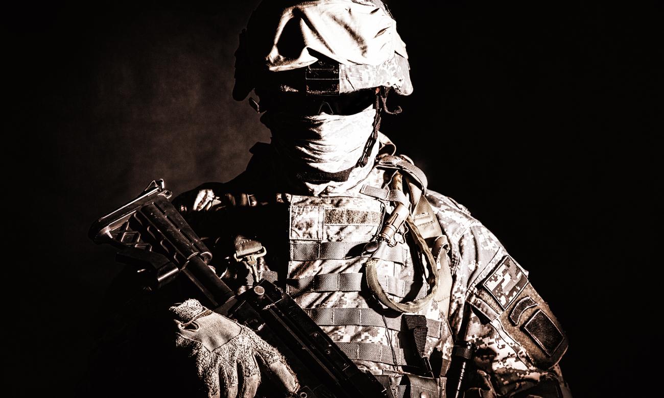 Mężczyzna z bronią pneumatyczną 4,5 mm