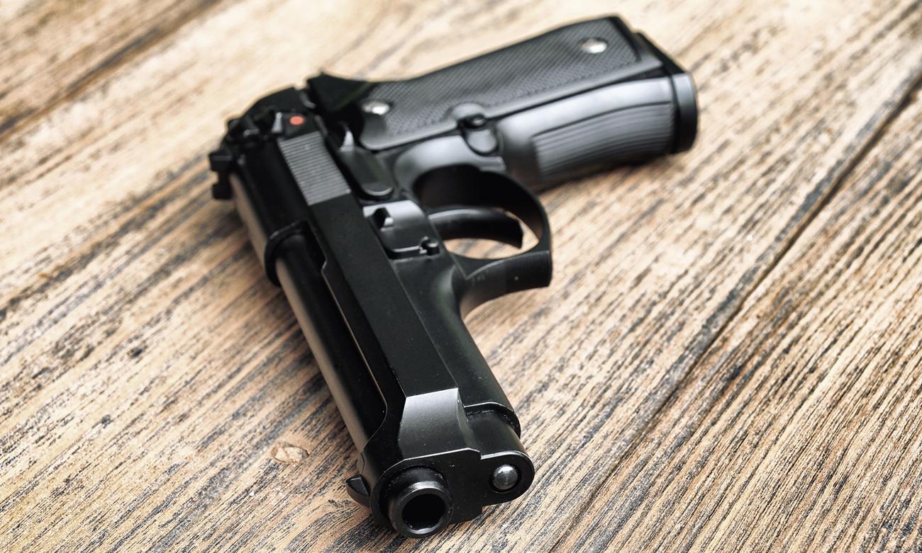 Pistolet Beretta na stole