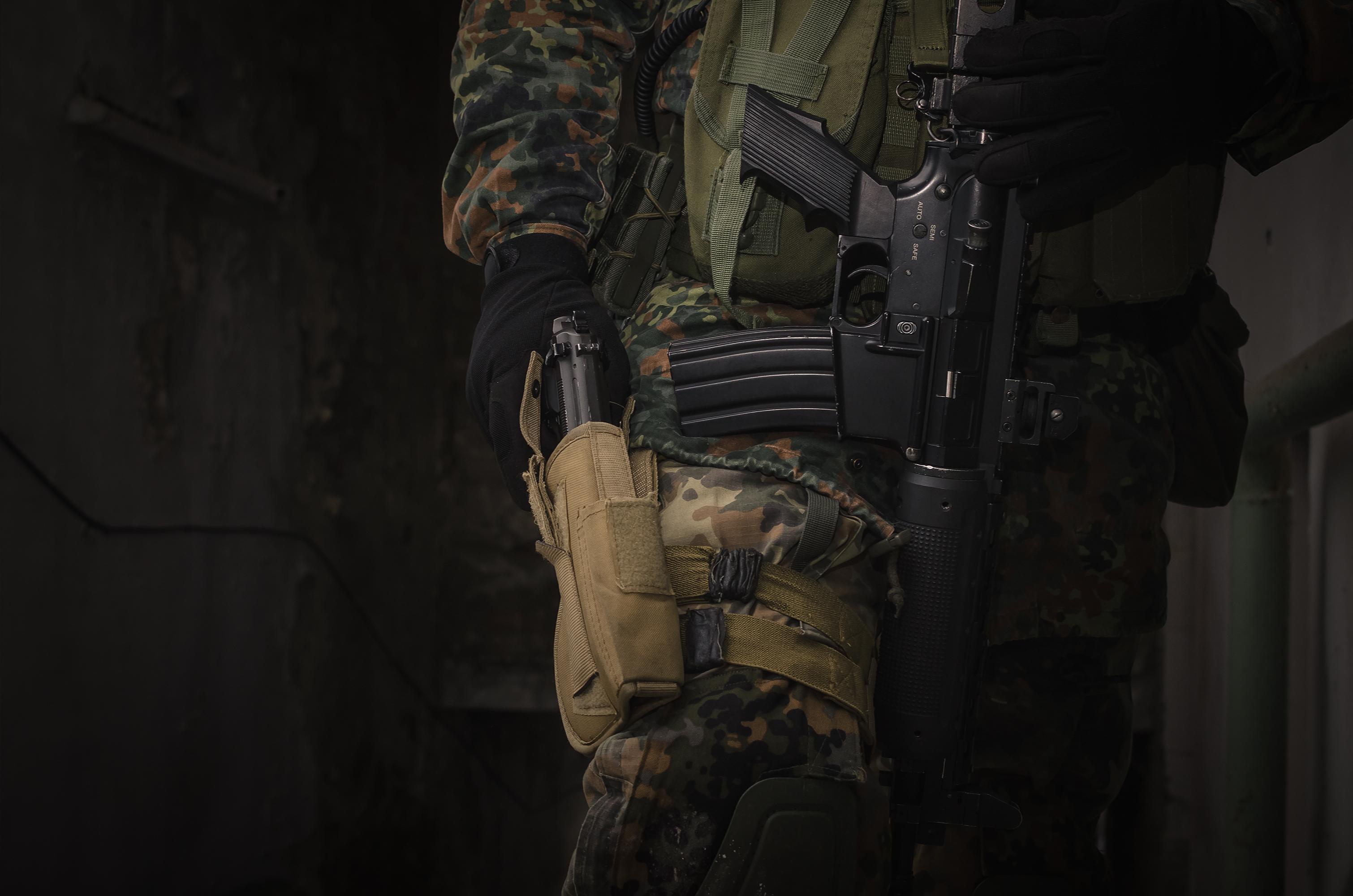 Mężczyzna z bronią ASG