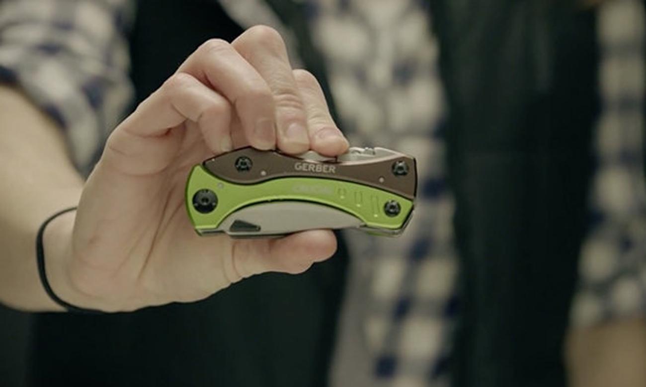 Multitool Gerber Crucial Green w dłoni