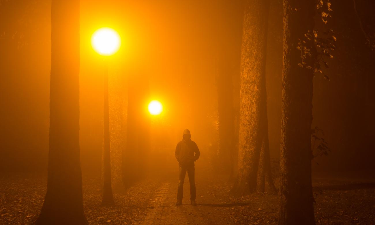 Człowiek w zamglonym parku