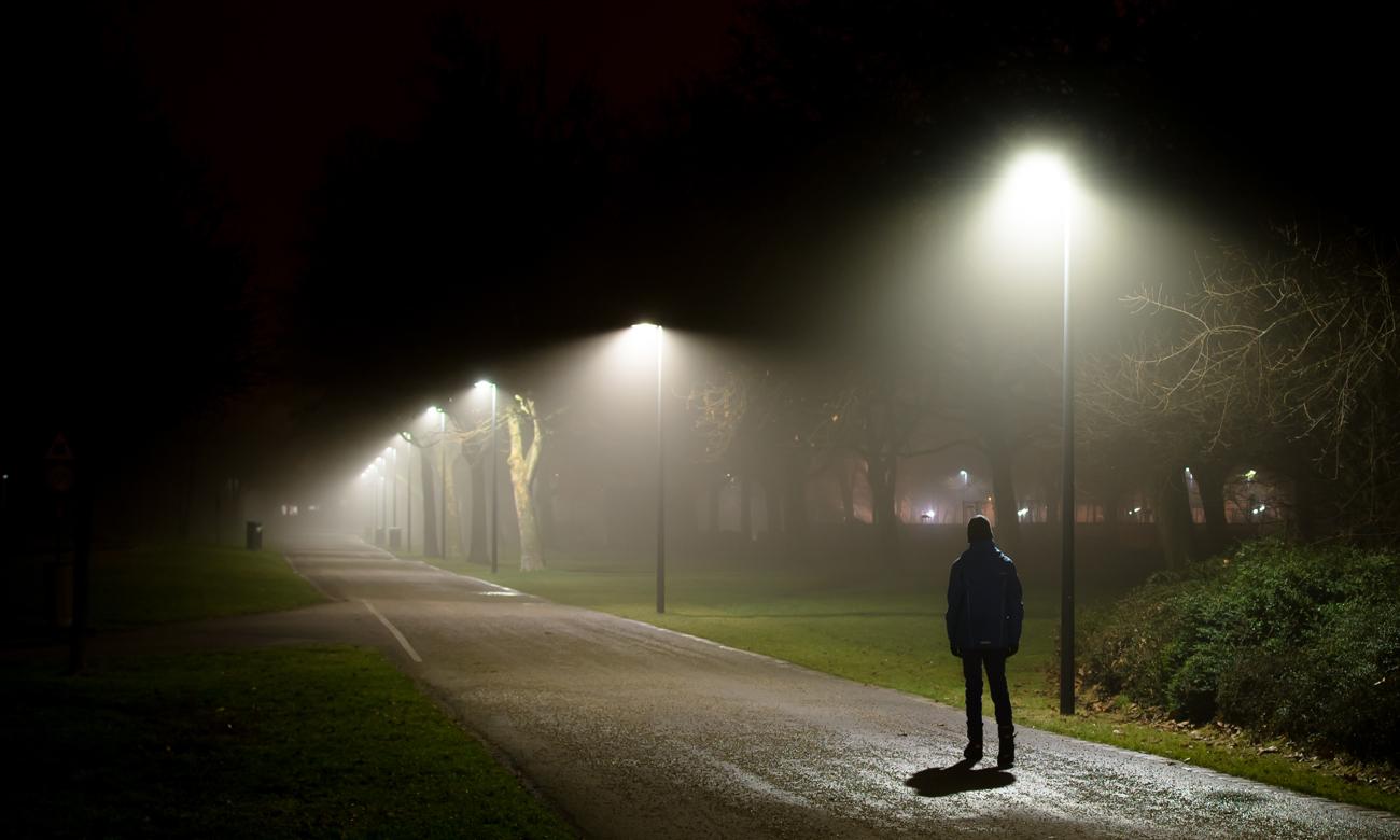 Noc w parku i człowiek