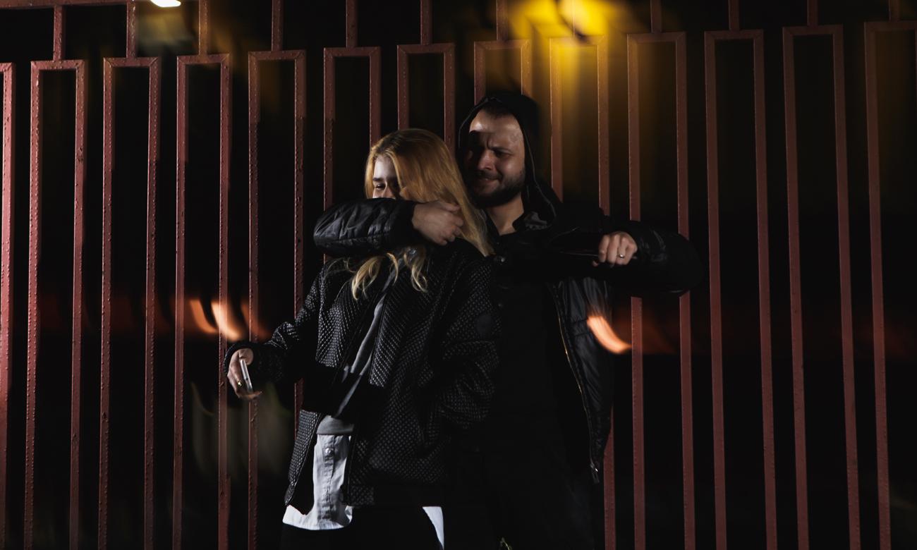 Mężczyna atakujący kobiete