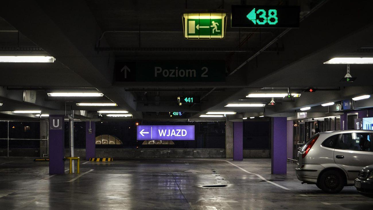 Ciemny i niebezpieczny parking podziemny