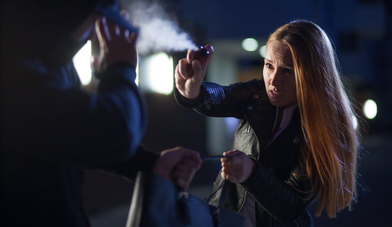 Kobieta odpierająca atak przy pomocy gazu pieprzowego