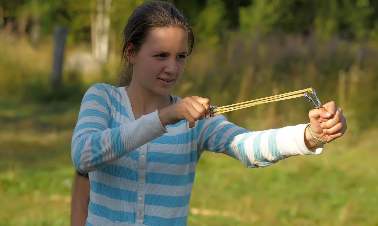 Nastolatka strzelająca z procy