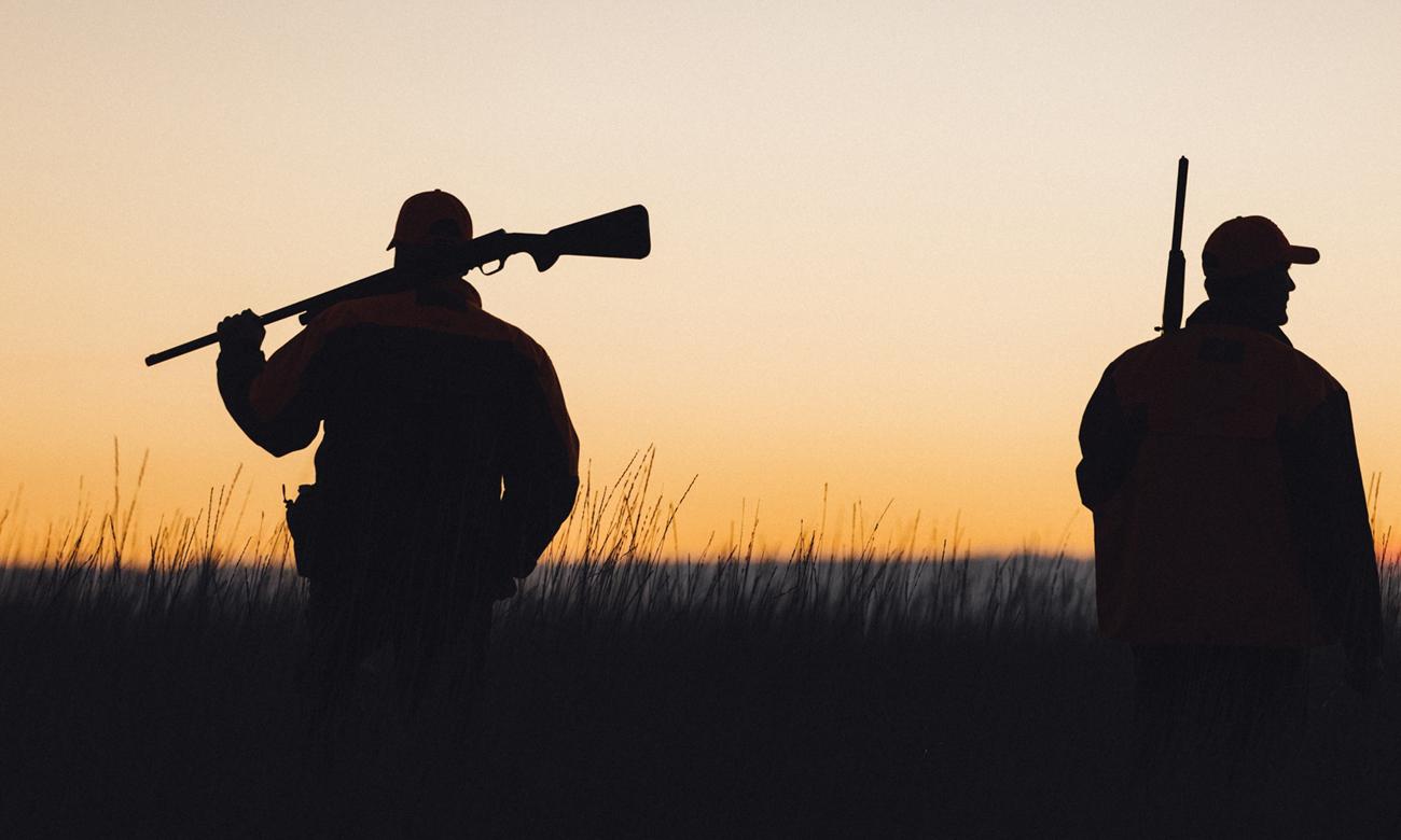 Dwie osoby z bronią