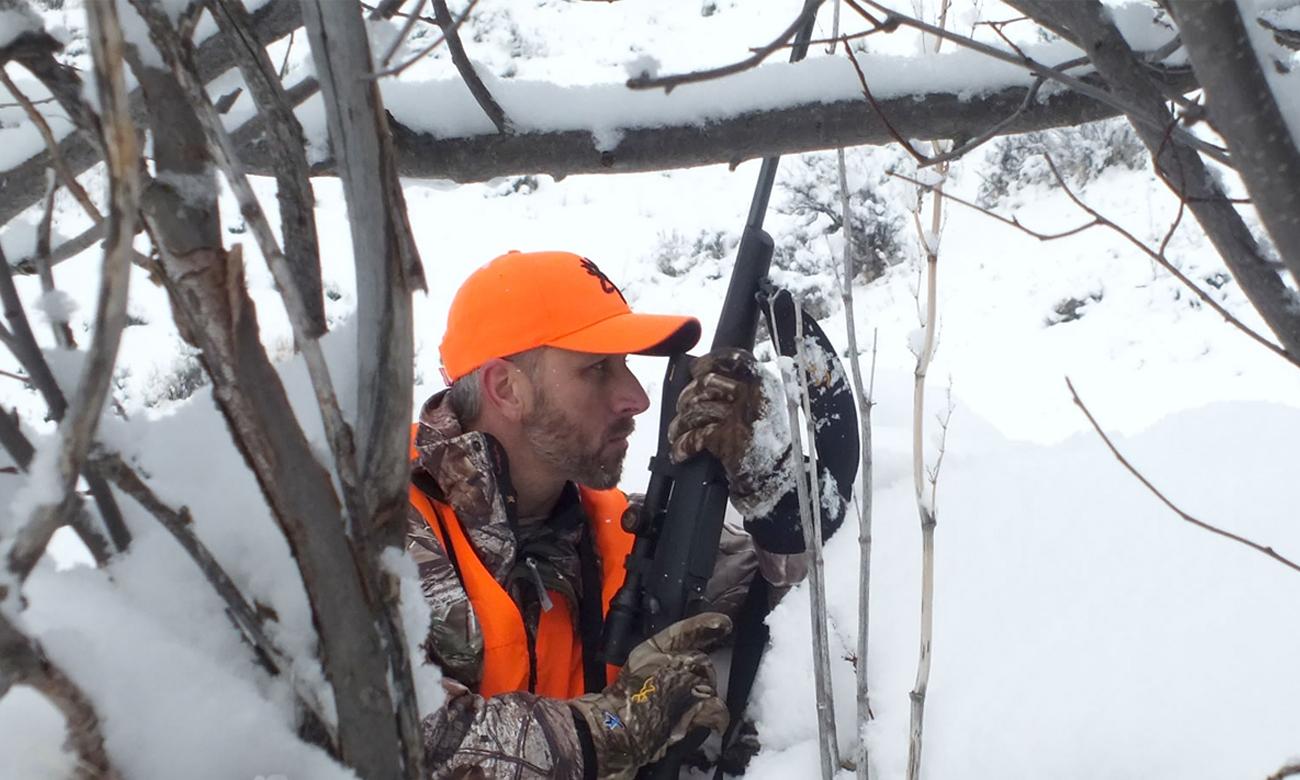 Mężczyzna z bronią w śniegu
