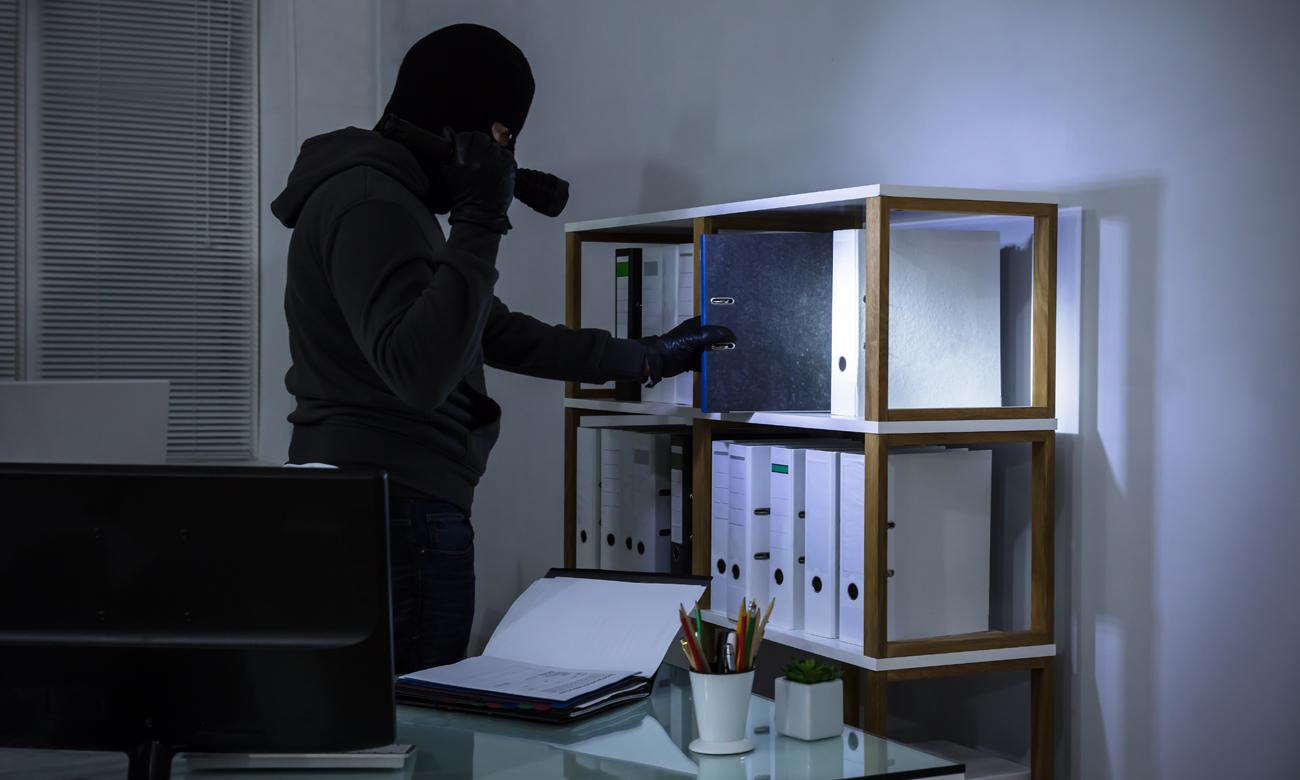 Włamywacz w biurze