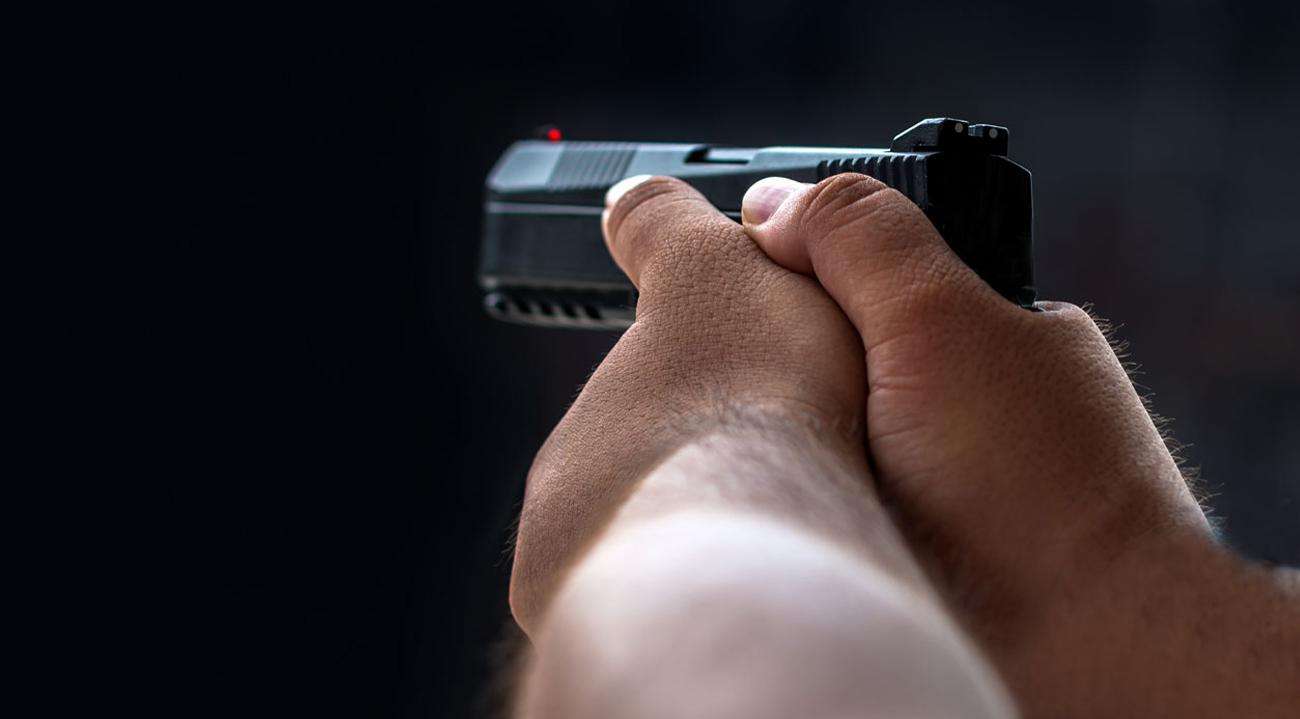 Mężczyzna z pistoletem w dłoni TPM 1 T4E