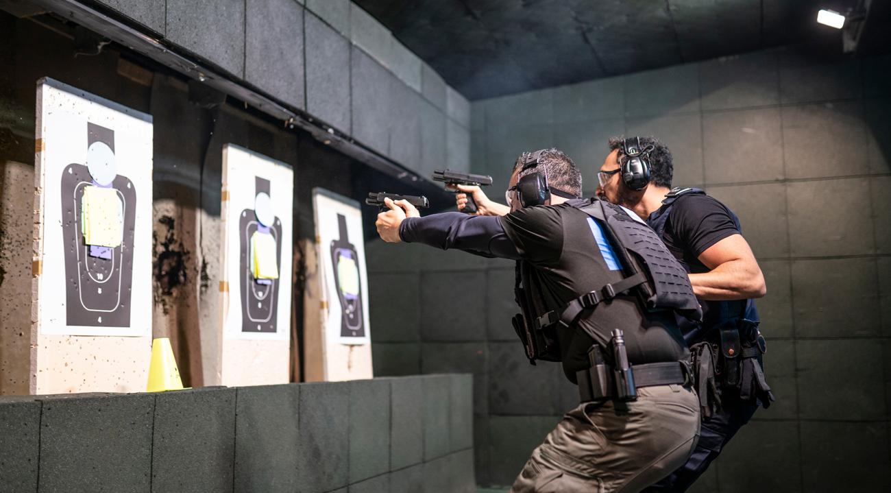 Policjanci podczas treningu na strzelnicy