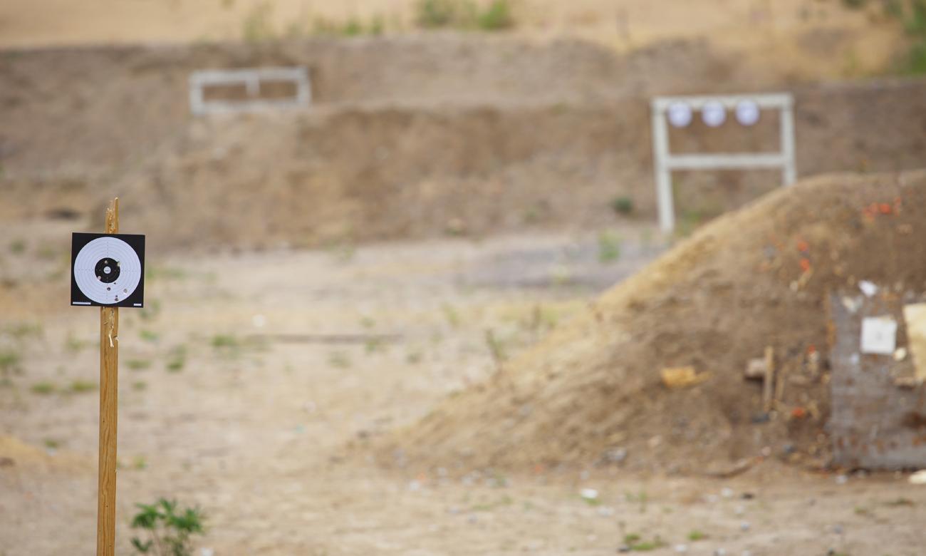Celne strzały do tarczy na strzelnicy z wiatrówki Browning