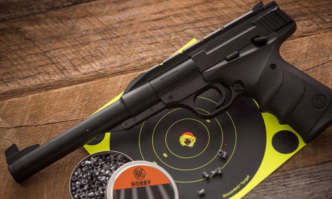 Pistolet Browning Buck Mark URX i tarcza strzelnicza ze śrutem BB