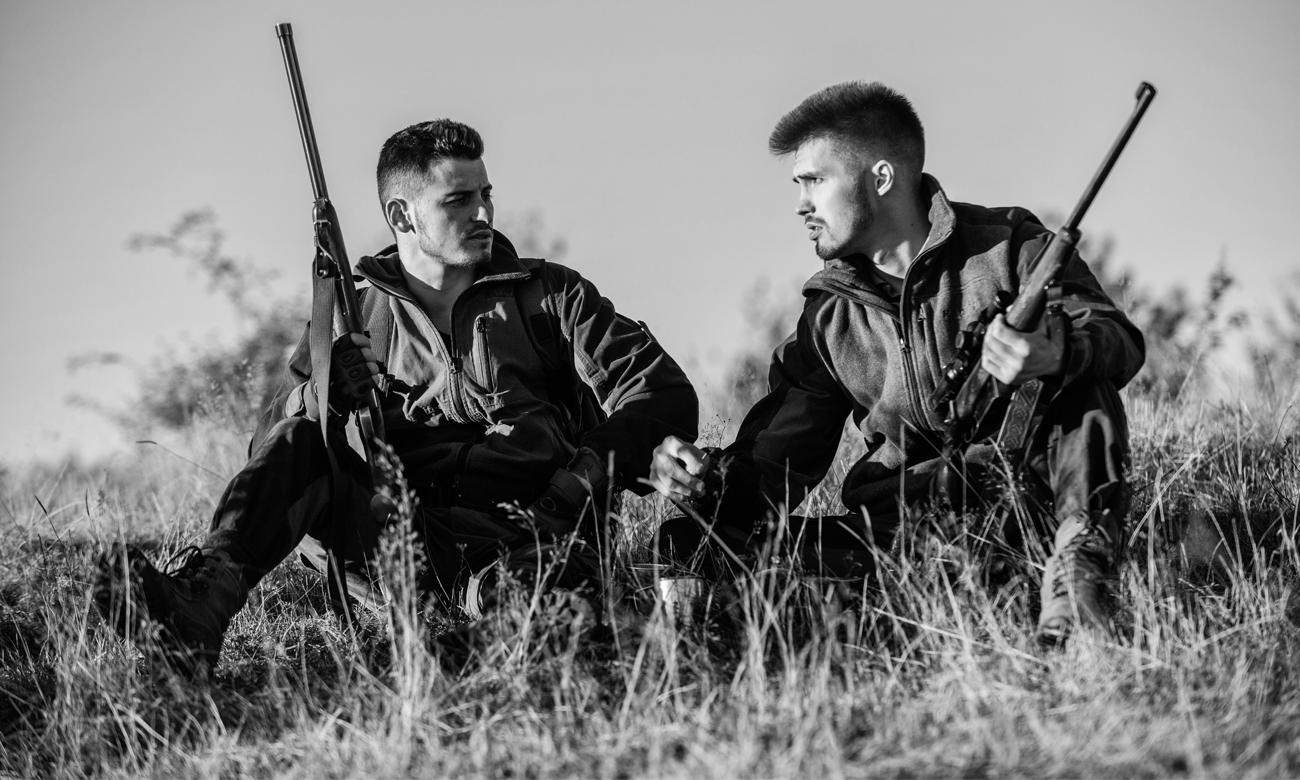 Dwóch mężczyzn z bronią pneumatyczną