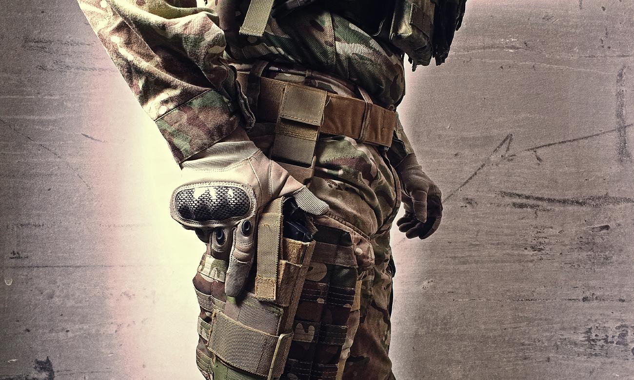 Żołnierz z bronią ASG w kaburze
