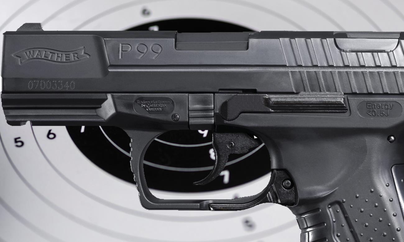 Pistolet Walther P99 na tle tarczy strzeleckiej