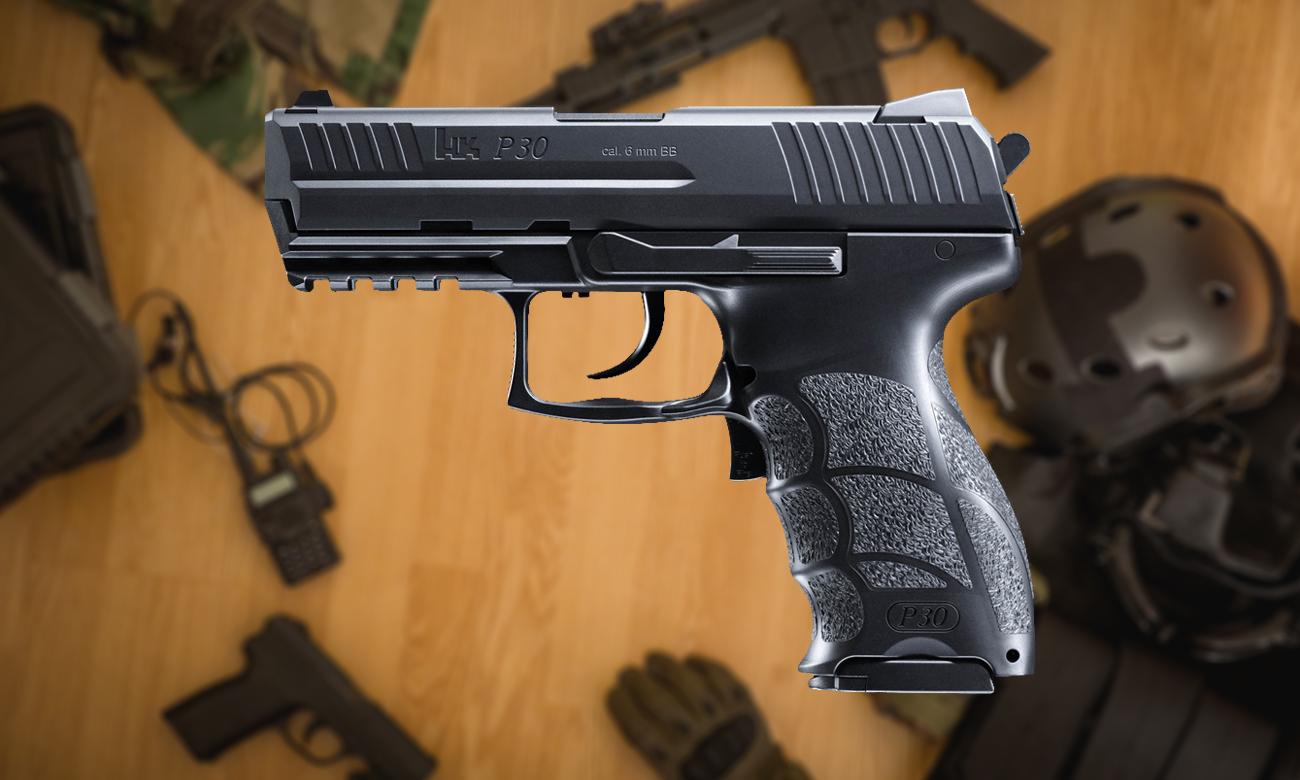 Pistolet Heckler & Koch P30 na tle akcesoriów ASG