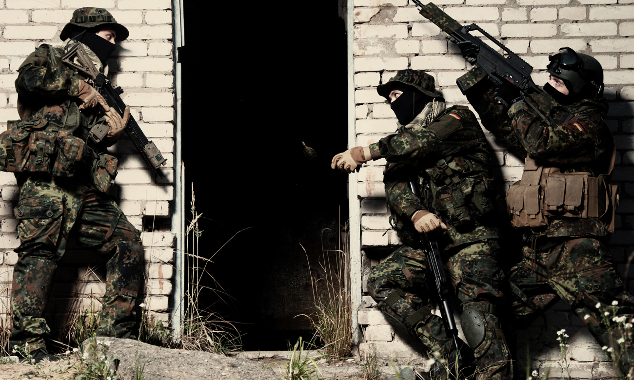 Żołnierze szturmujący budynek