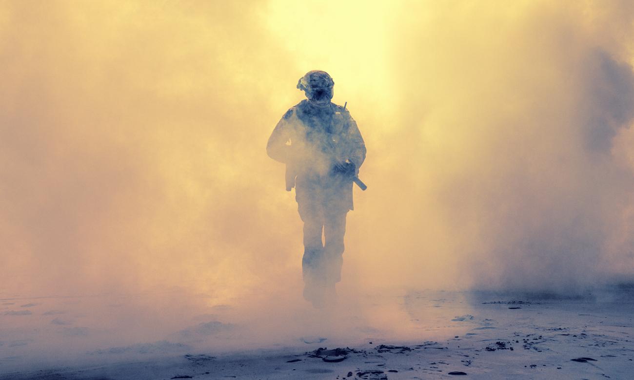 Człowiek we mgle z bronią