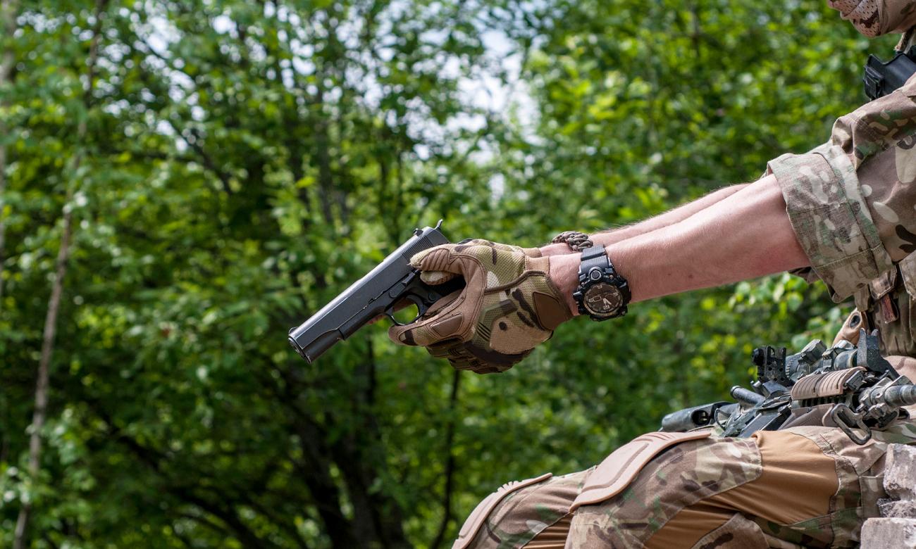Człowiek w mundurze z pistoletem 19Eleven