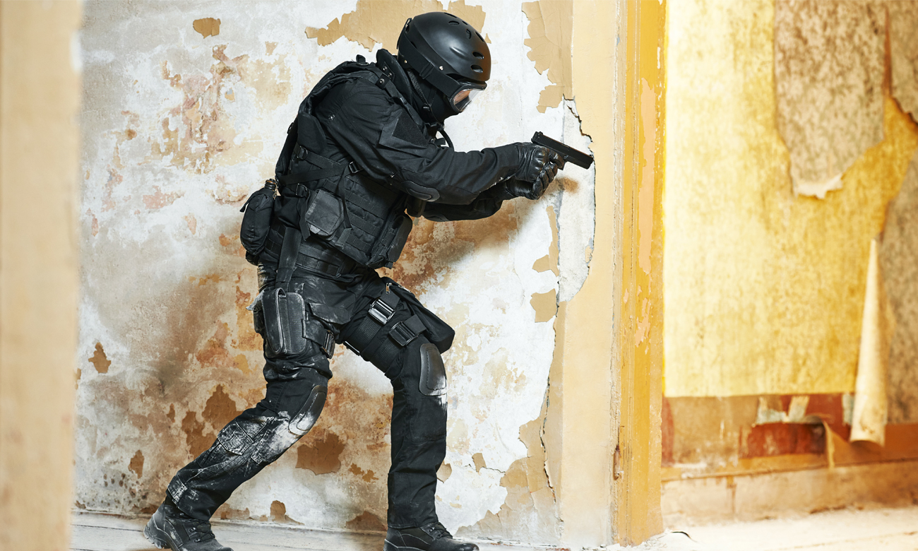 Człowiek w czasie strzelania z pistoletu ASG
