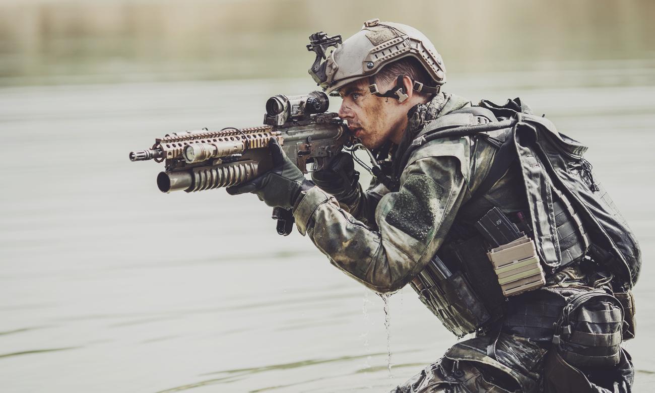Strzelec z karabinkiem w wodzie