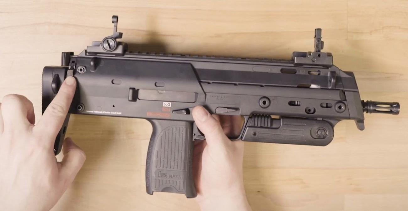 Pistolet Heckler & Koch MP7 A1 w dłoniach strzelca