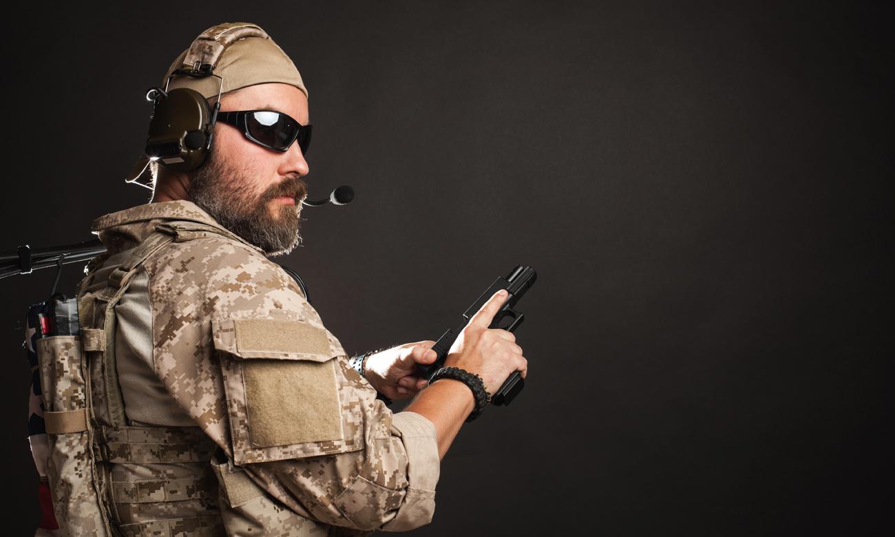 Operator jednostek specjalnych z bronią