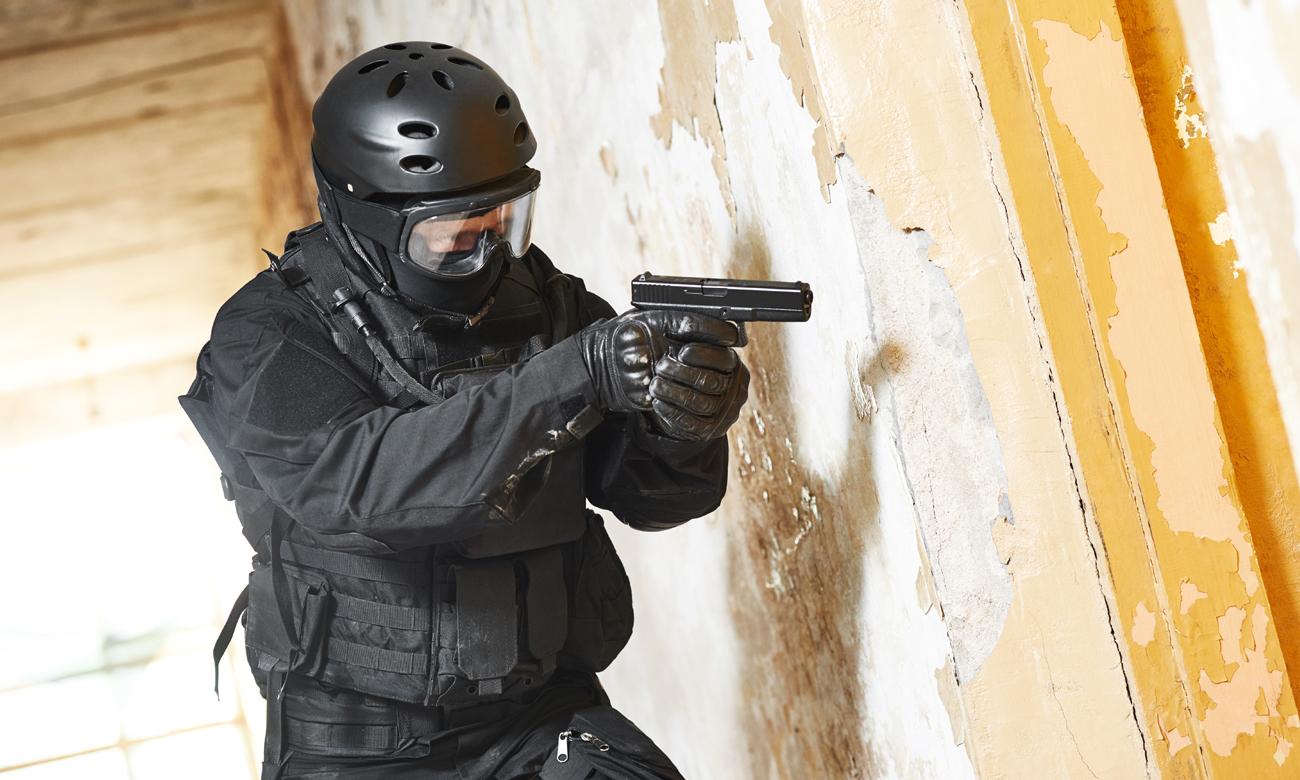 Człowiek z bronią w czarnym stroju