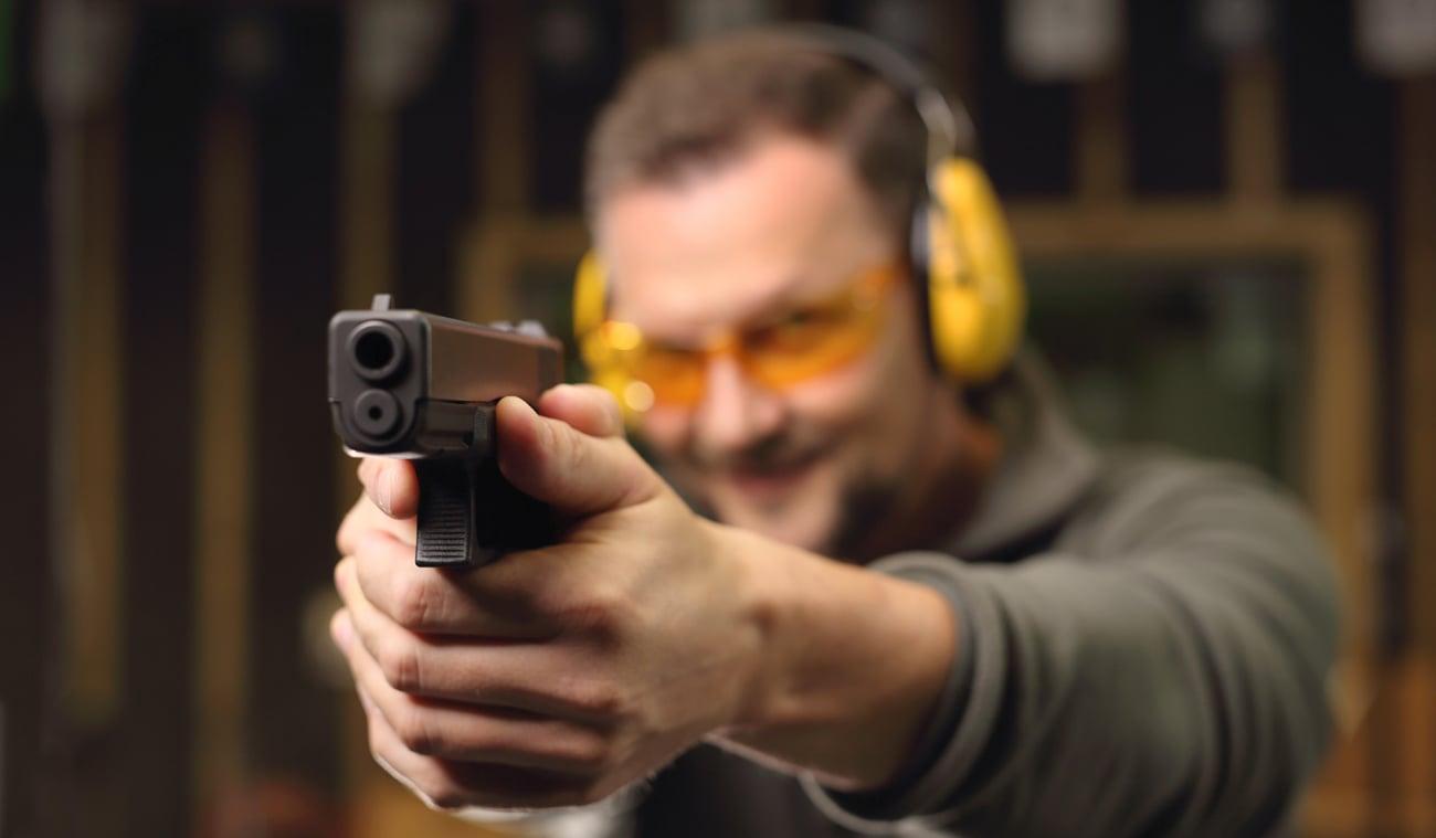 Człowiek z pistoletem Glock na strzelnicy