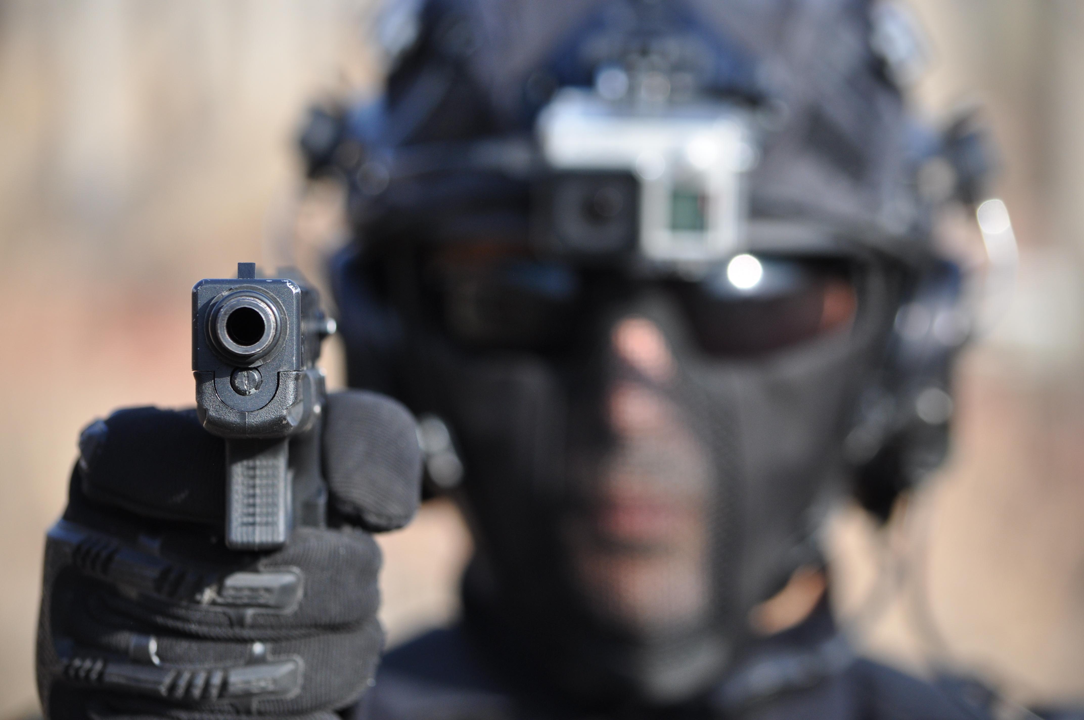 Pistolet Glock w dłoni strzelca