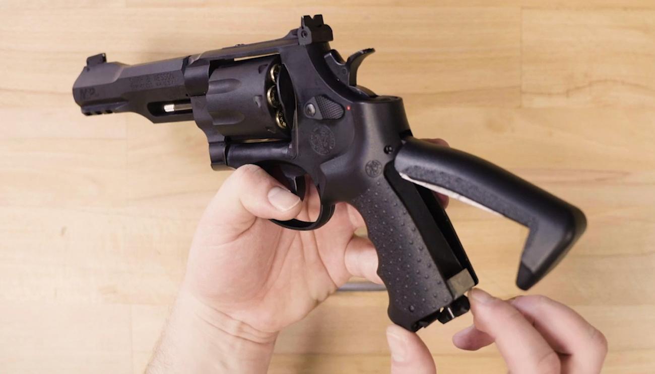 Rewolwer Smith & Wesson M&P R8 w dłoni strzelca