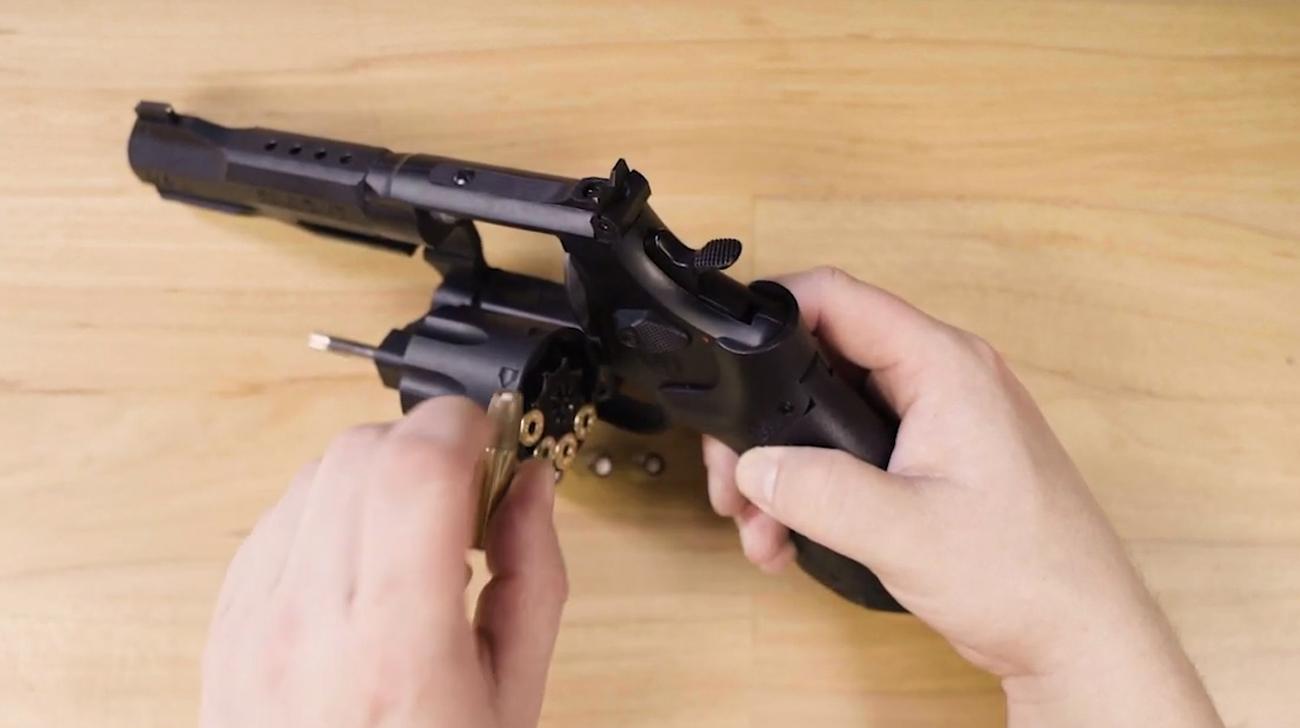 Rewolwer Smith & Wesson M&P z łusakmi w bębnie