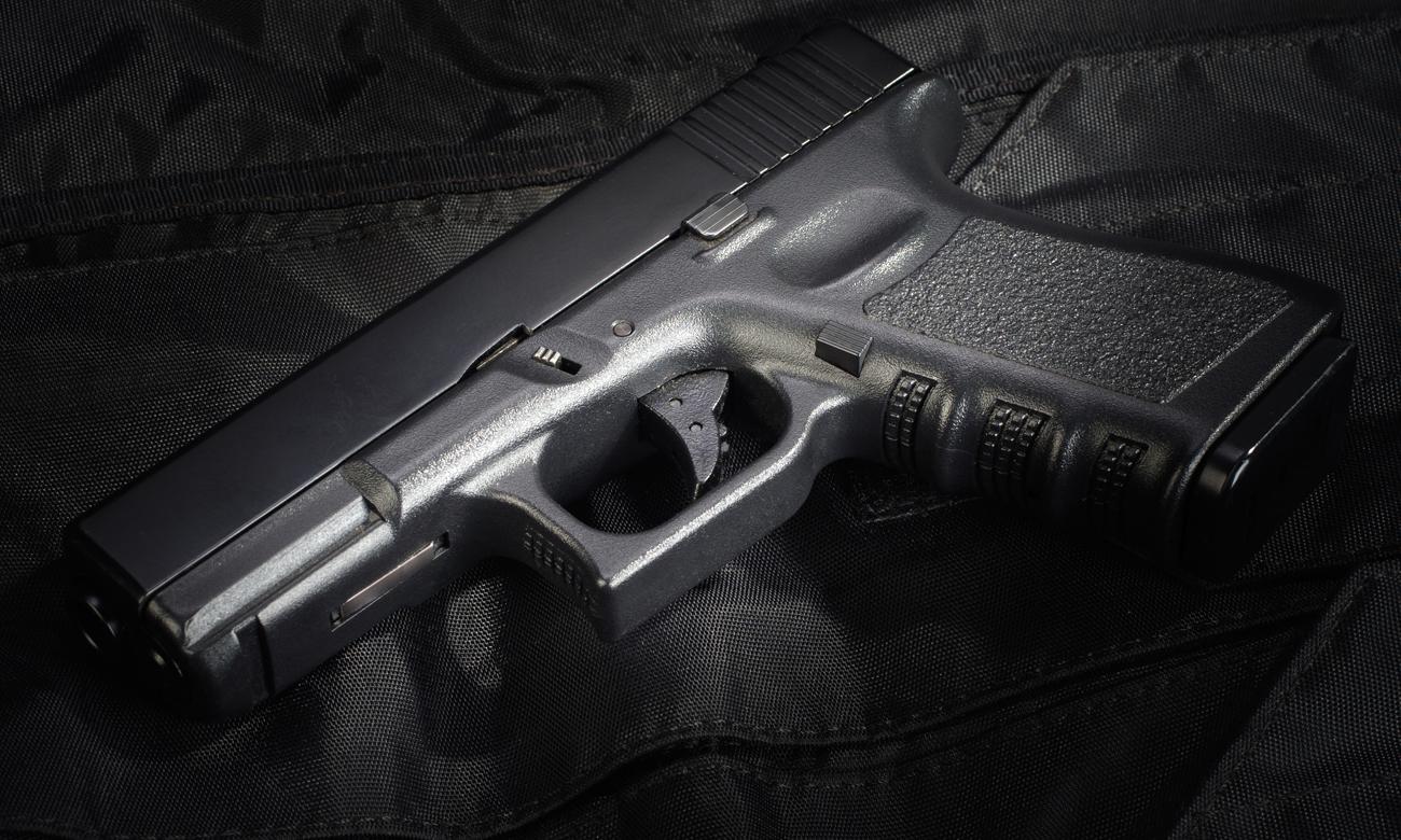 Broń Glock na stole
