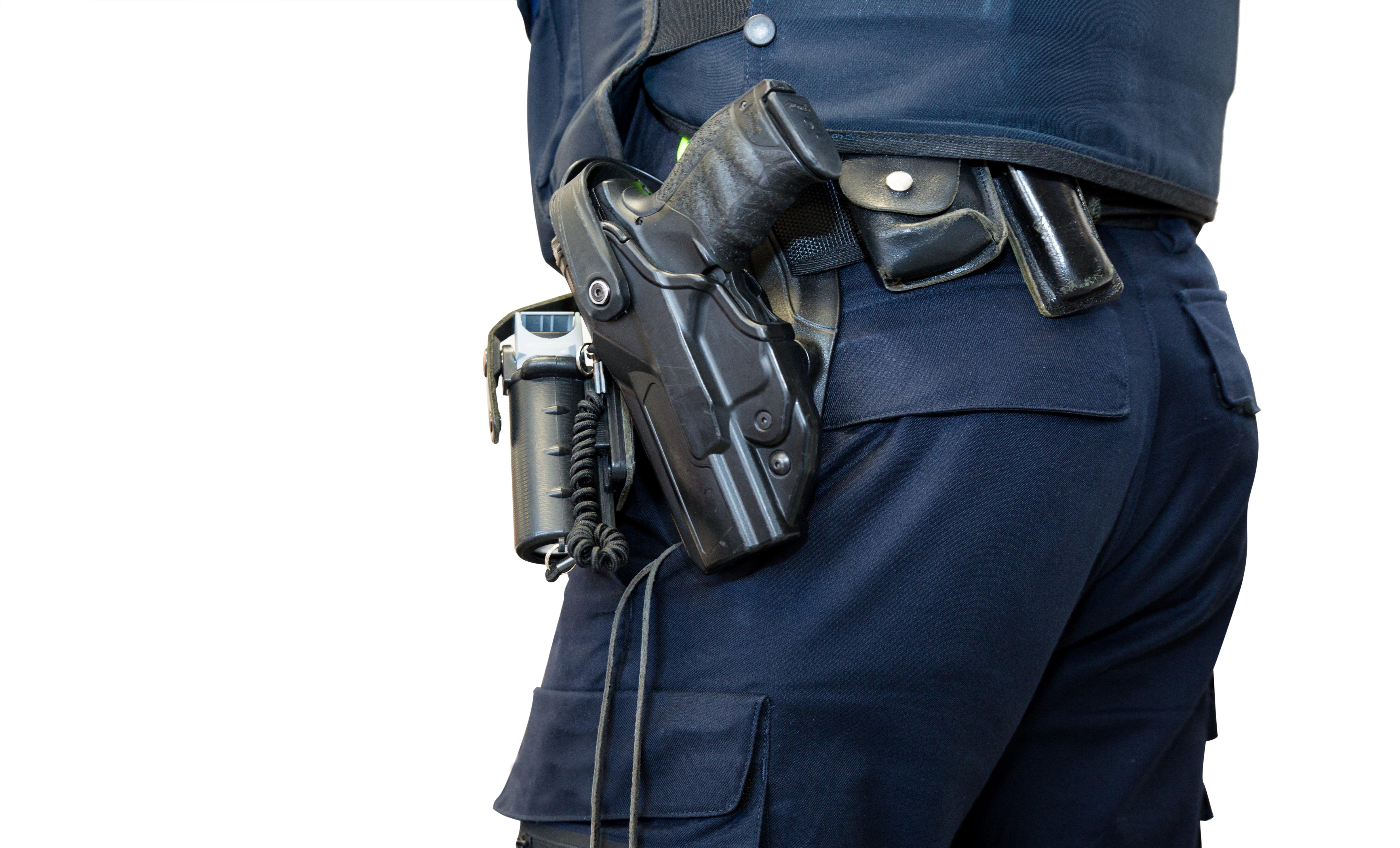 Mężczyzna wyciagający pistolet