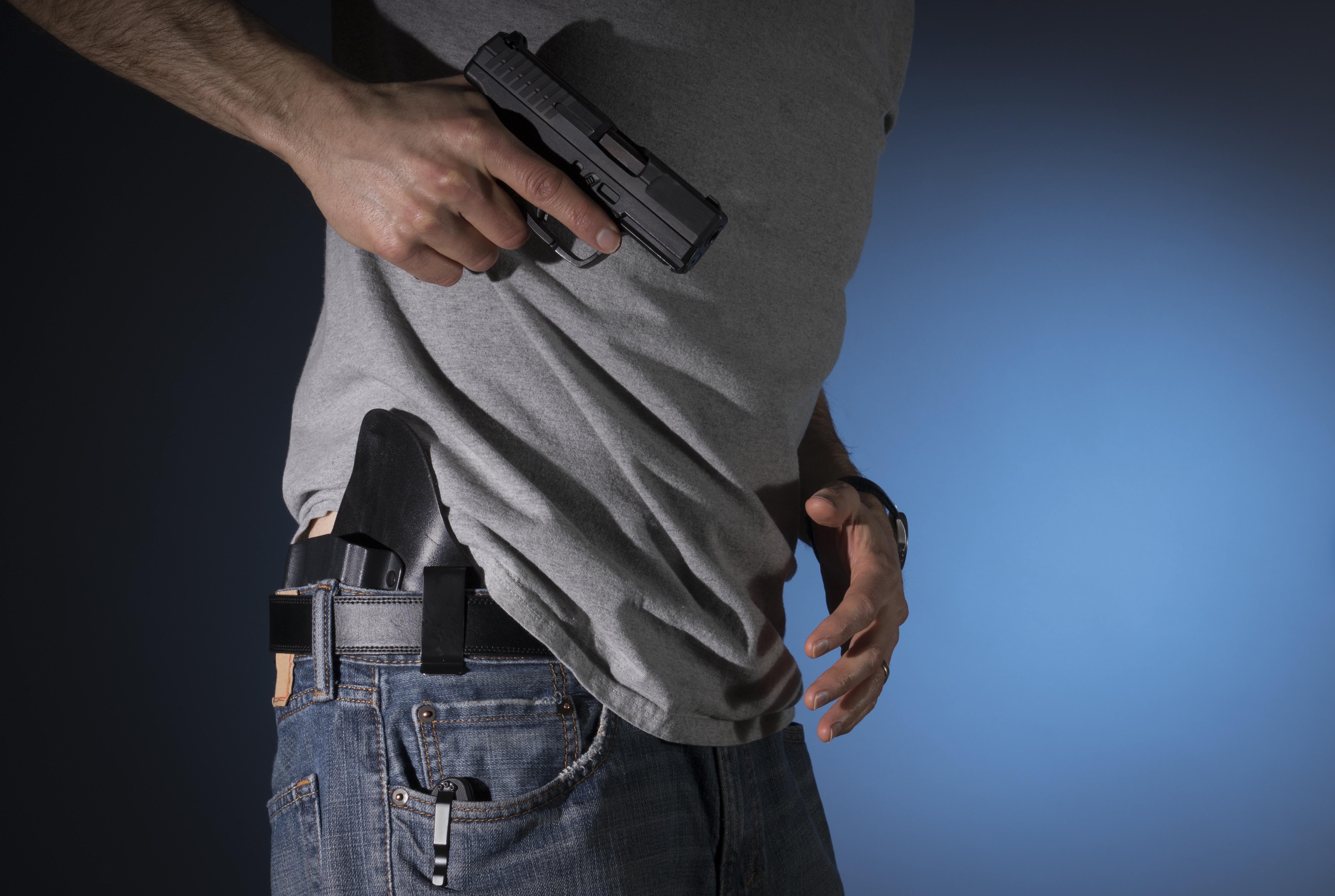 Facet wyciagający pistolet
