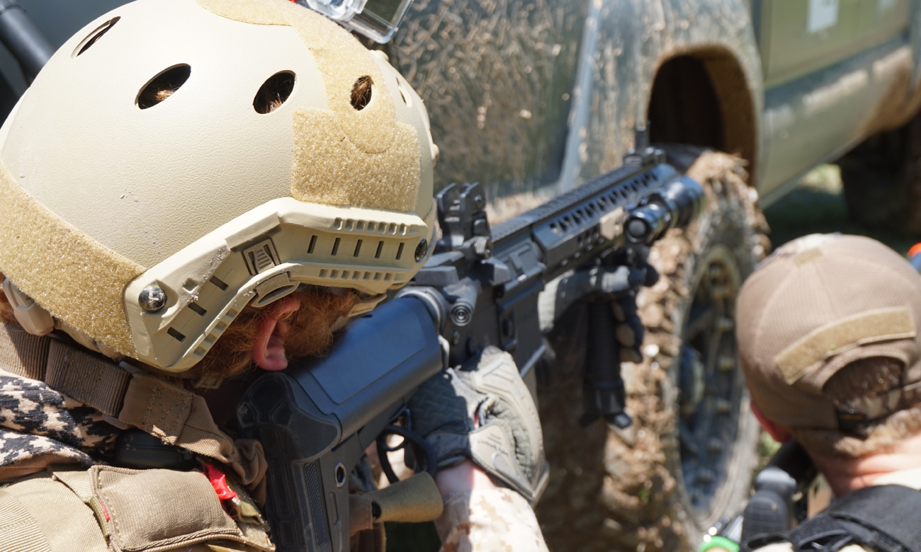 Żołnierze za samochodem z bronią