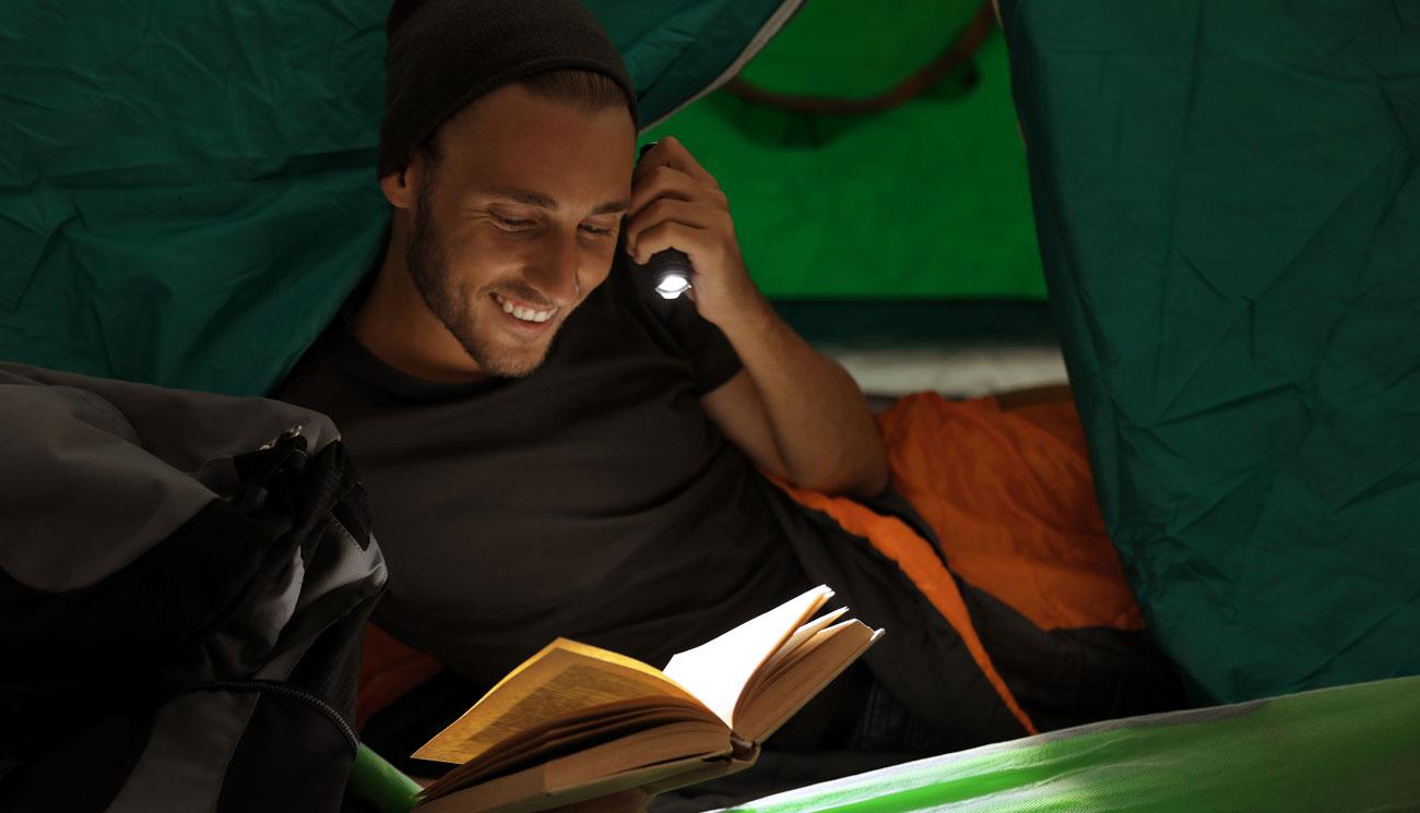Człowiek z latarką w nocy