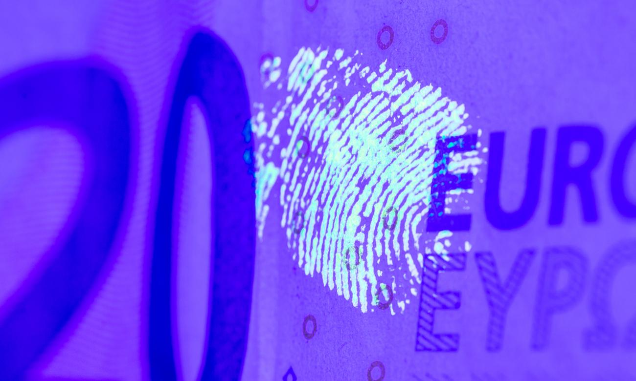 Odciski palców pozostawione na banknocie