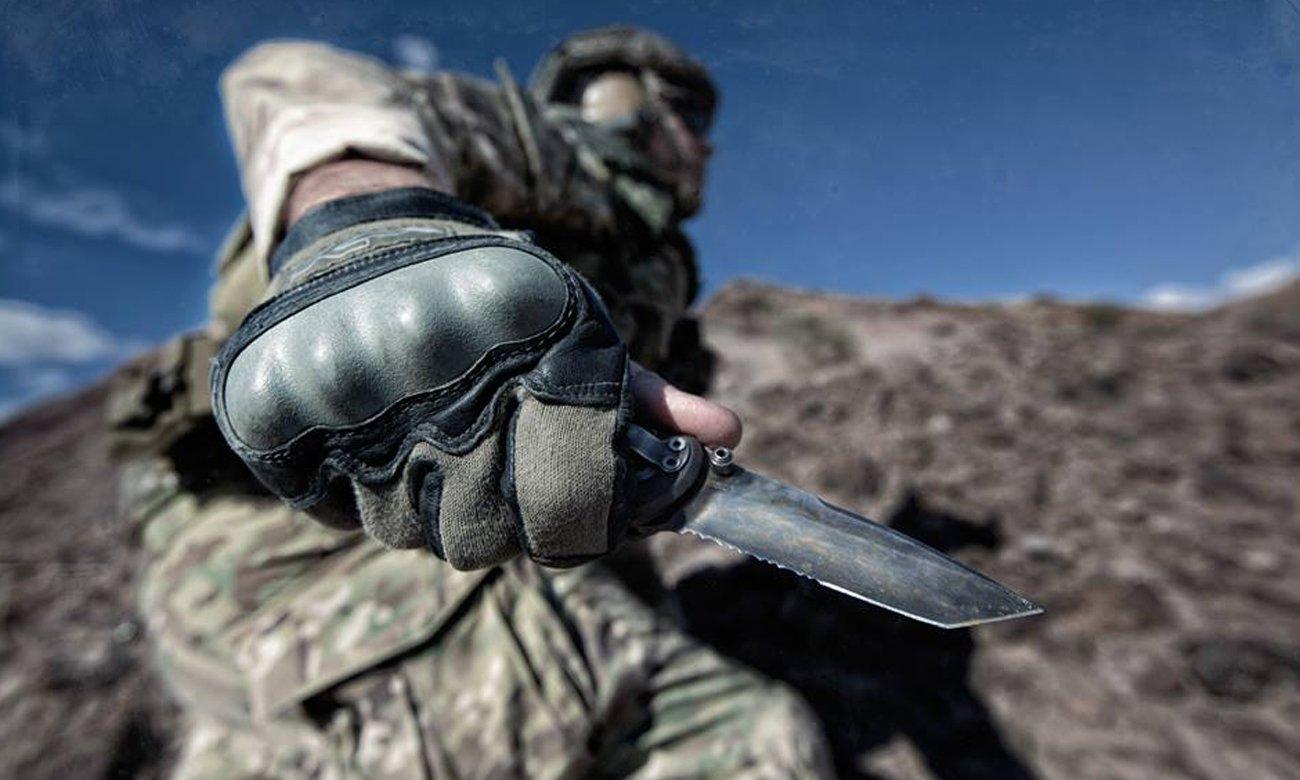 Nóż składany Gerber Gear 06 FAST - Tanto, Serrated w dłoni żołnierza