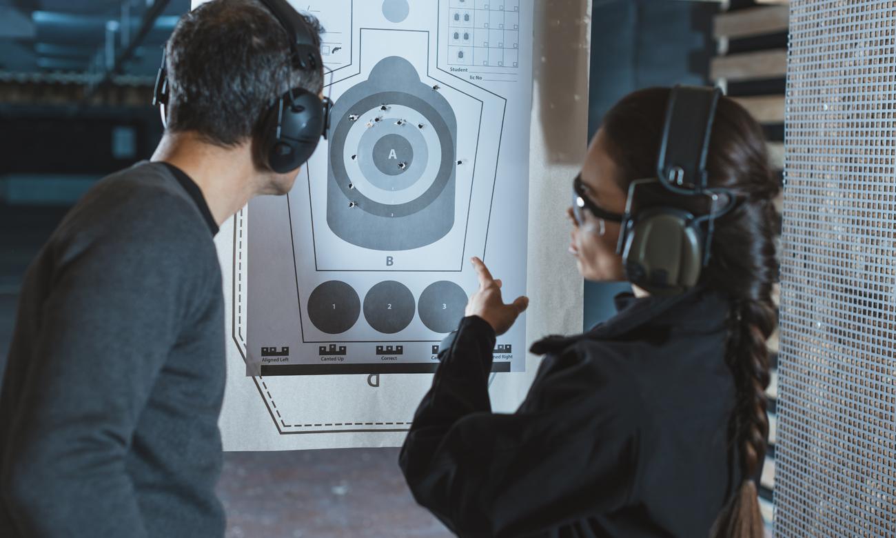 Strzelcy w czasie treningu na strzelnicy