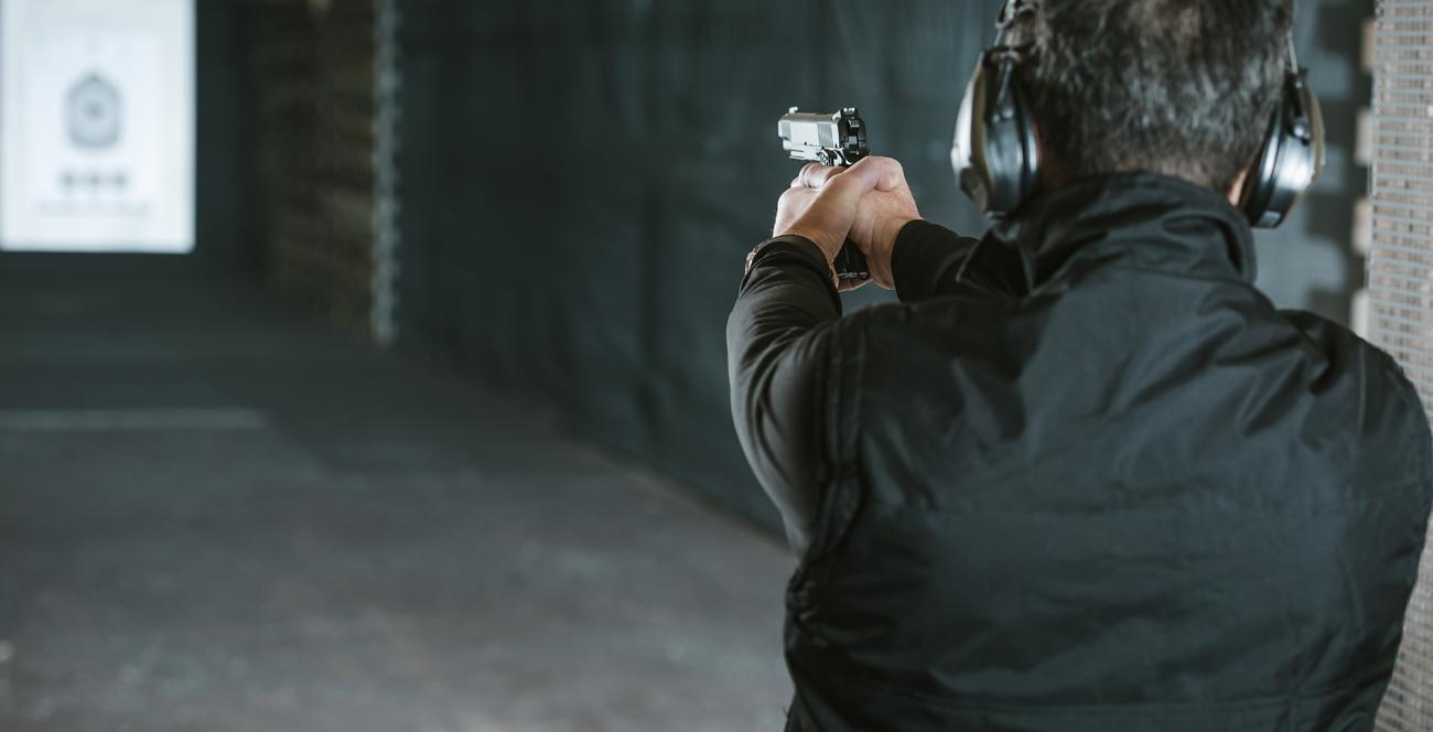 Strzelec z pistoletem na strzelnicy
