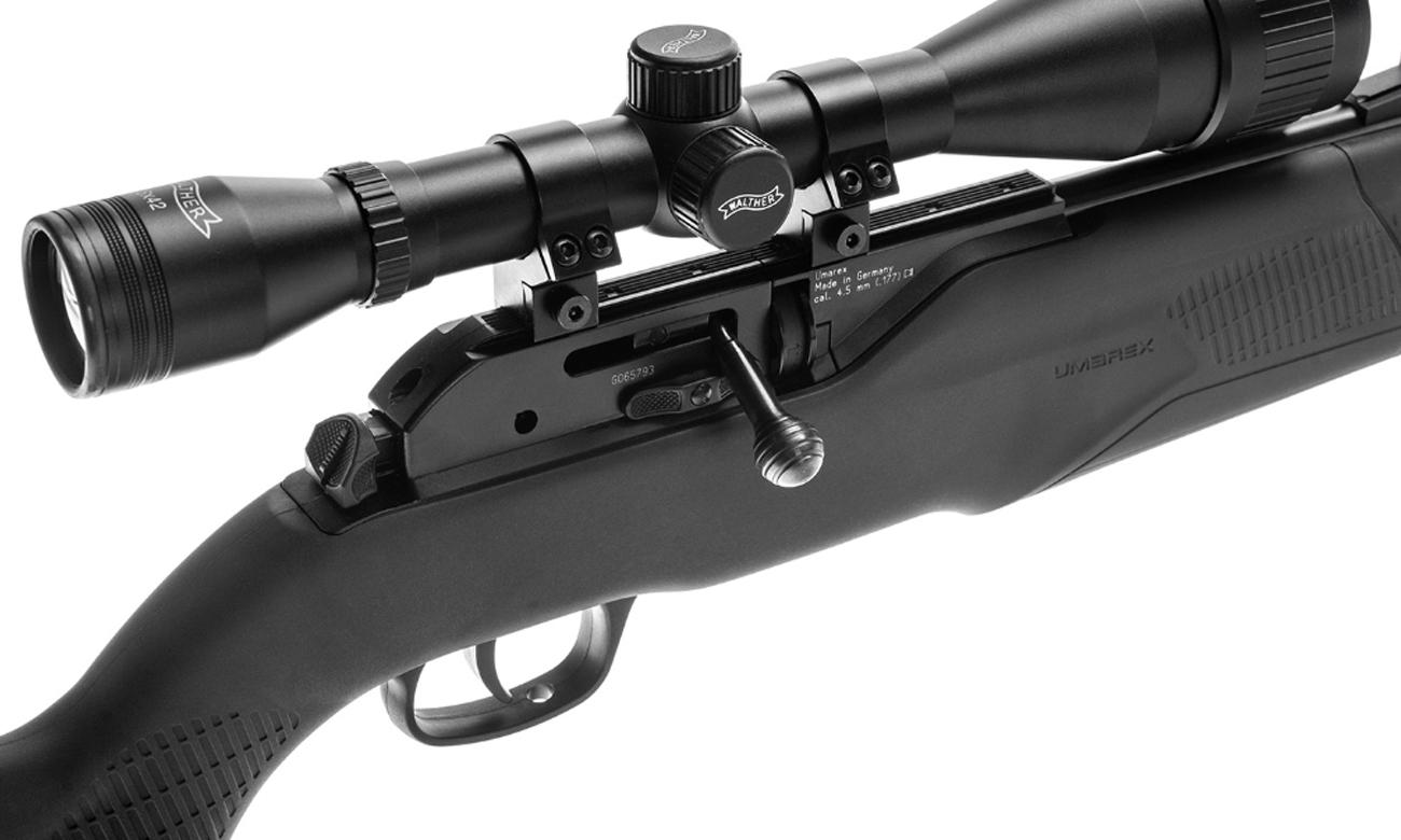 Karabinek Umarex 850 AirMagnum XT M2 kal. 4,5 mm Diabolo na trawie przygotowany do strzału