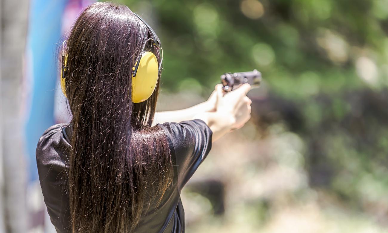 Kobieta strzelająca do celu
