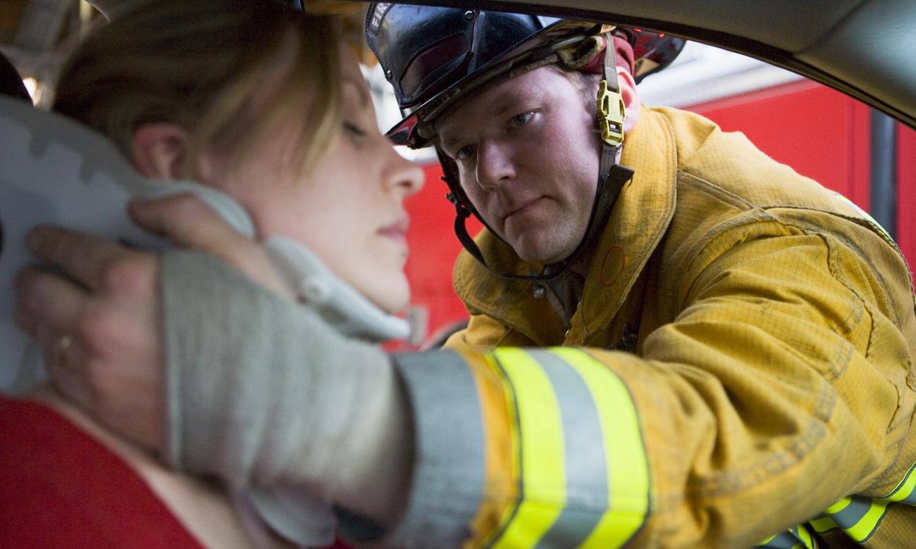 Strażak udzielający pomocy