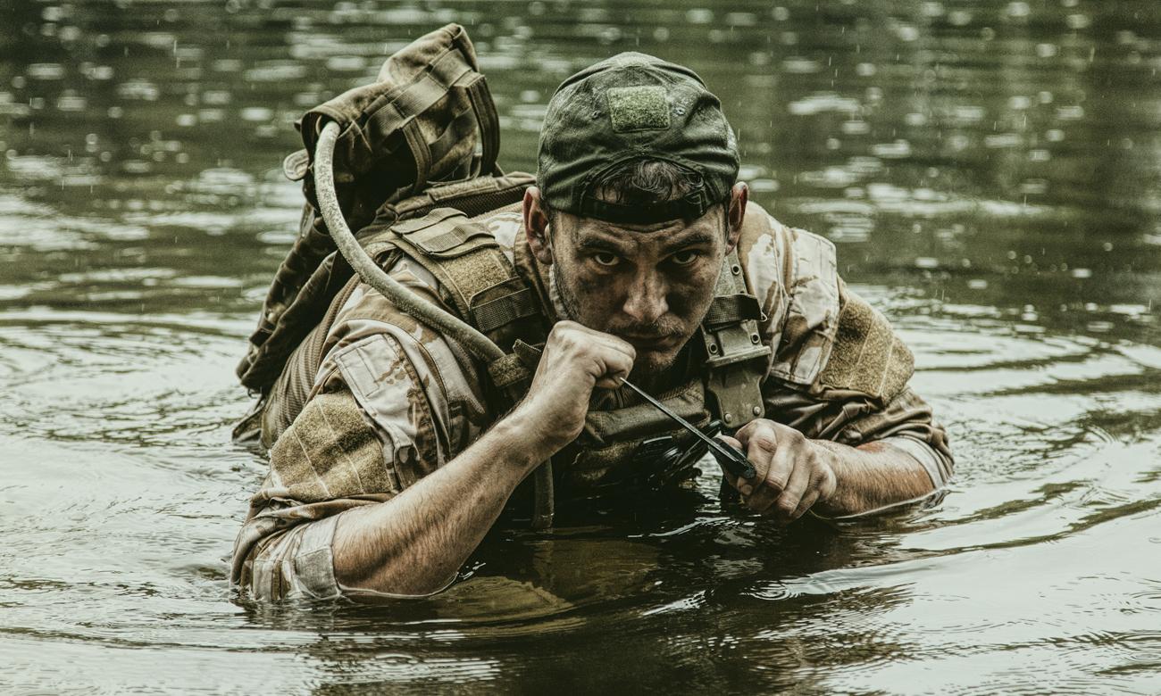 Żołnierz w wodzie z nożem