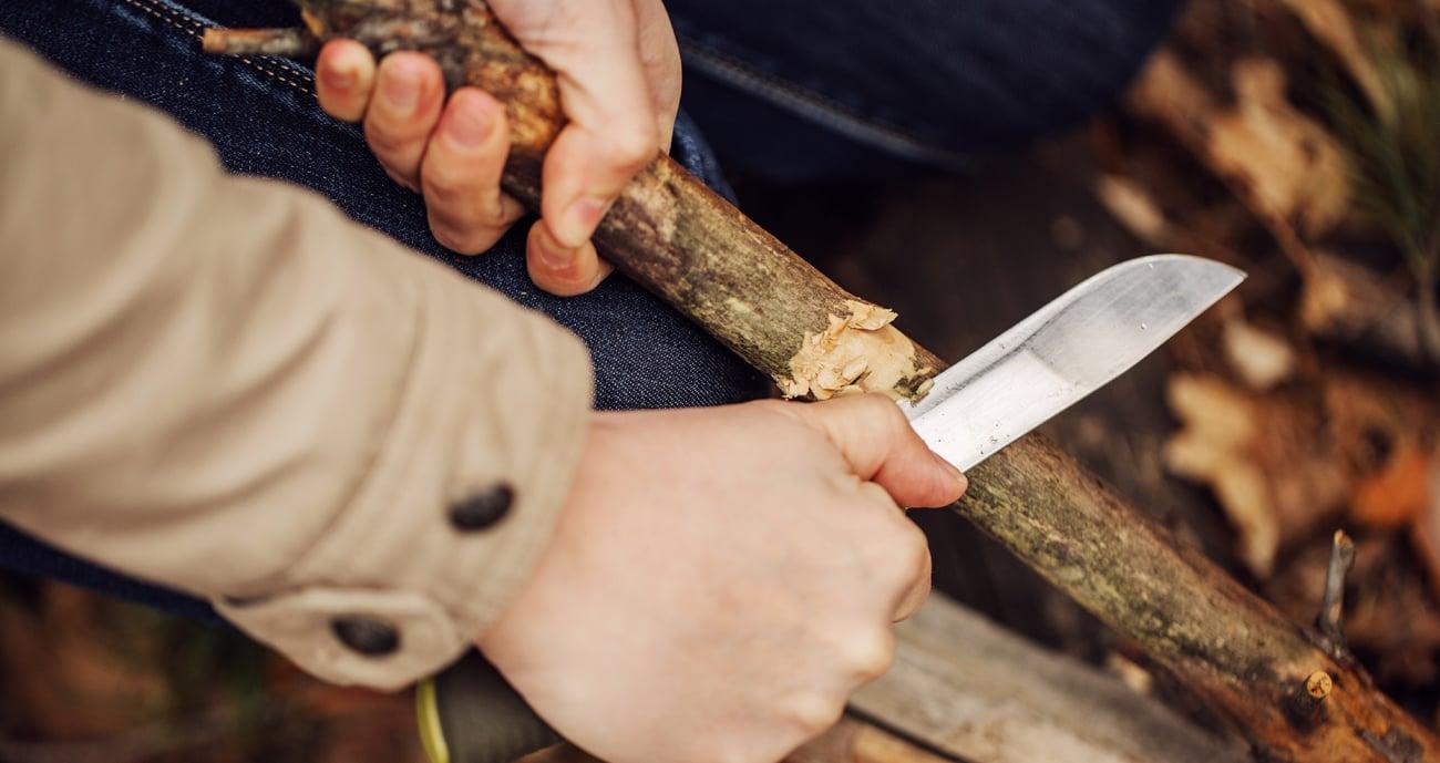 Nóż Walther BWK 4 podczas cięcia drewna