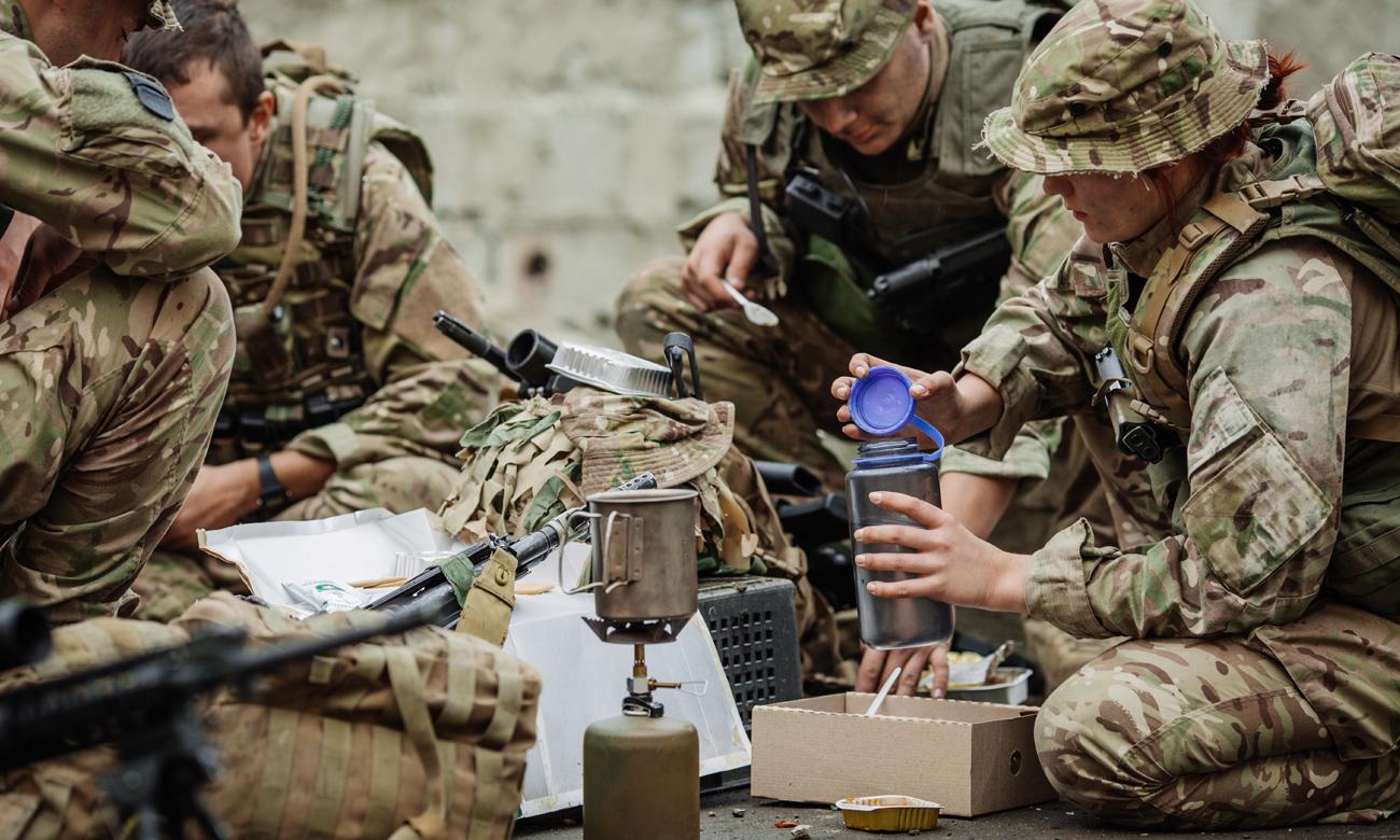 Żołnierze w trakcie posiłku